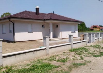 Postavljanje montažne kuće, ograde i polaganje tlakovaca, opločnika - Sračinec (1)