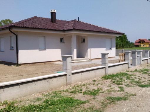 Postavljanje montažne kuće, ograde i polaganje tlakovaca, opločnika – Sračinec