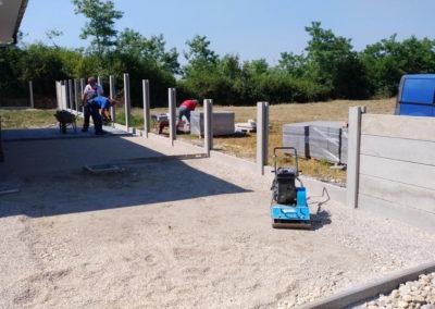 Postavljanje montažne kuće, ograde i polaganje tlakovaca, opločnika - Sračinec (13)