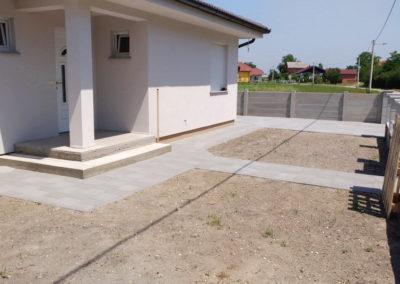 Postavljanje montažne kuće, ograde i polaganje tlakovaca, opločnika - Sračinec (4)